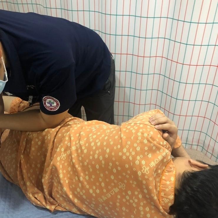 척추 후만증-교정 도수치료